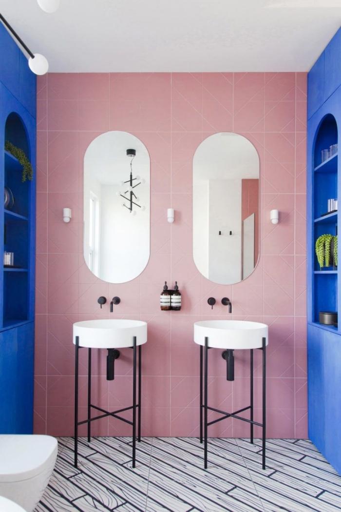 idée couleur wc originale, modèle de carrelage mural de nuance rose combinée avec meuble lavabo toilette en blanc et noir mat