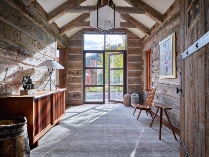 modèle de grange aménagée de style rustique avec murs en bois bruts et meubles en bois marron, déco pièce rustique