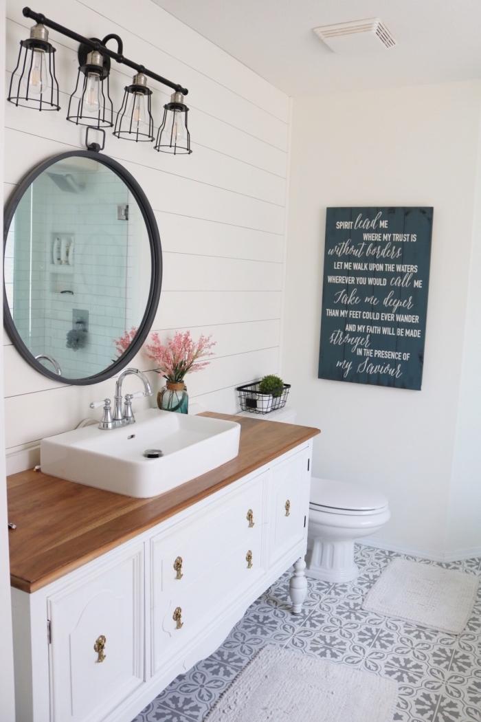 idée comment refaire ses toilettes à petit budget, modèle éclairage industriel en fer, meuble lavabo toilette en blanc et bois