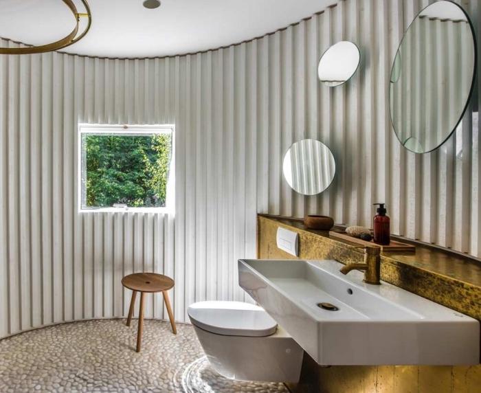 deco toilette zen avec éclairage moderne, exemple aménagement toilettes avec cuvette suspendue et meuble bois