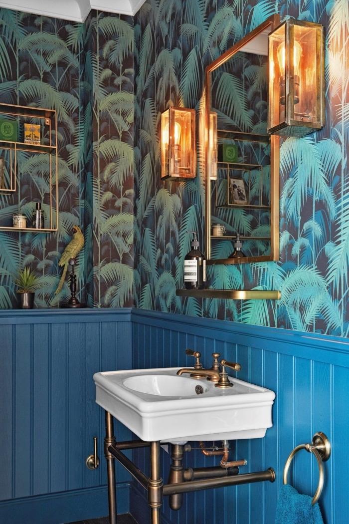 deco toilettes originales, modèle de papier peint motifs feuilles monstera en vert et noir, idée éclairage style indsutriel