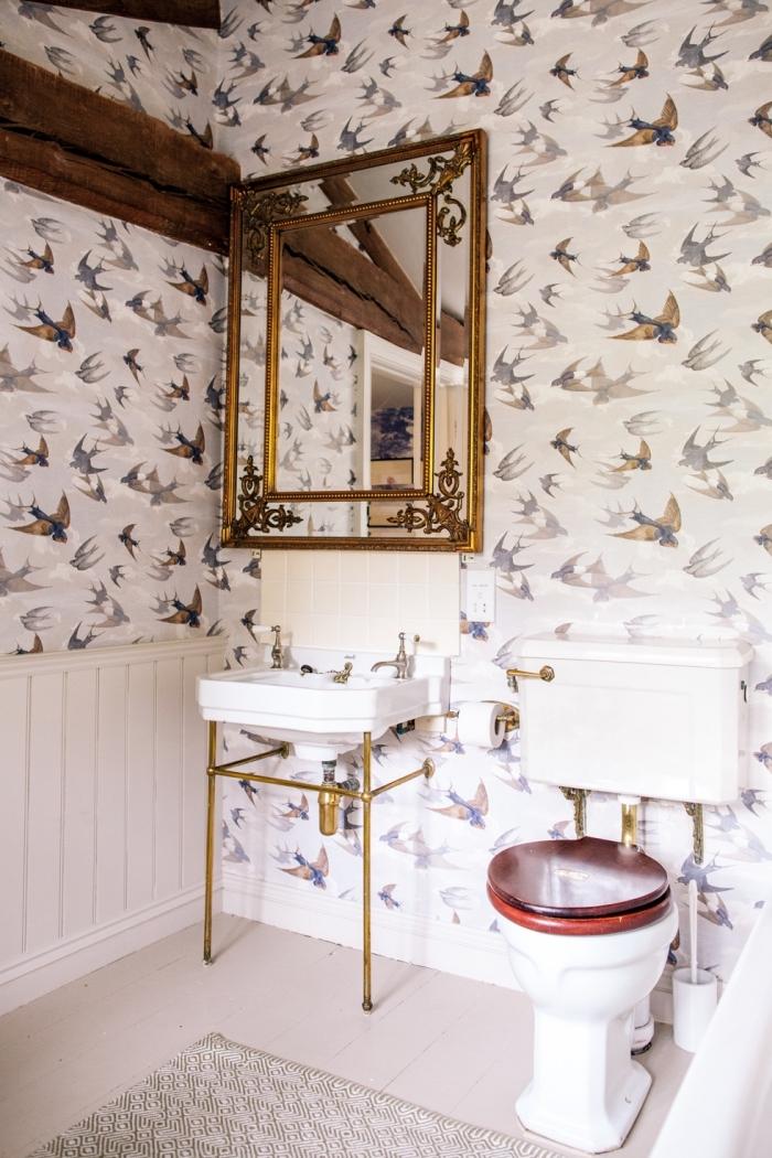 deco toilettes originales avec papier peint trompe l'oeil, modèle pièce blanche avec accents en bois brut et métal