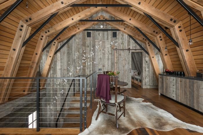 exemple de grange aménagée avec garde corps mezzanine, décoration petite cuisine sous pente en bois avec accents noirs