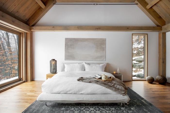 aménagement de combles, idée déco chambre cocooning en blanc et bois avec objets décoratifs en nuances de gris