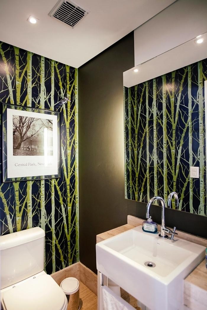 déco wc zen avec peinture vert et papier peint à effet bambou, meuble lavabo toilette moderne en blanc et bois clair