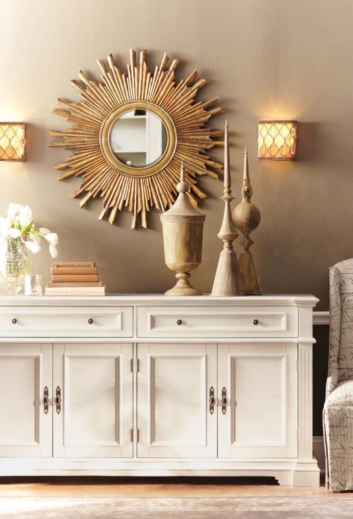 design salon luxueux aux murs gris clair avec plancher bois et meubles bois blanc, modèle de miroir salon forme ovale