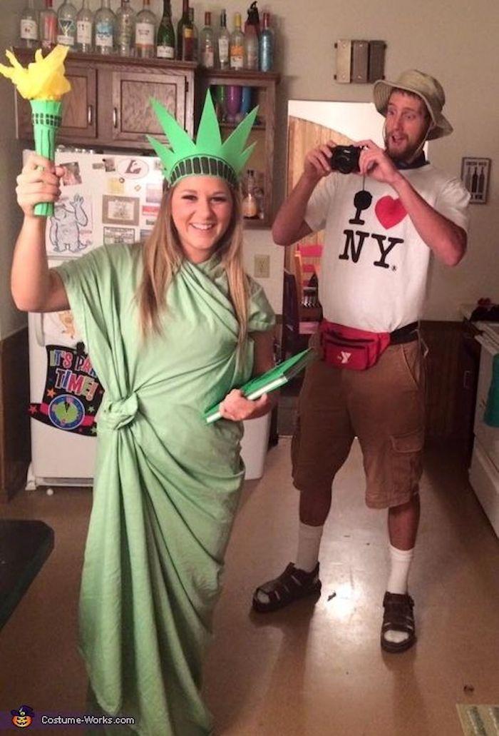 Touristes à New York idée costume halloween facile, déguisement drôle pour couple, la statue de la liberté et le touriste qui prend des photos