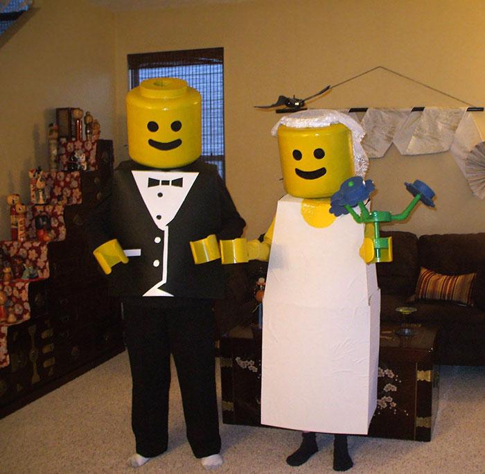 Mariage Lego accessoire halloween, costume pour la fete simple diy, homme en costume et femme en robe de marié carré avec tete ronde jaune comme un Lego figurine