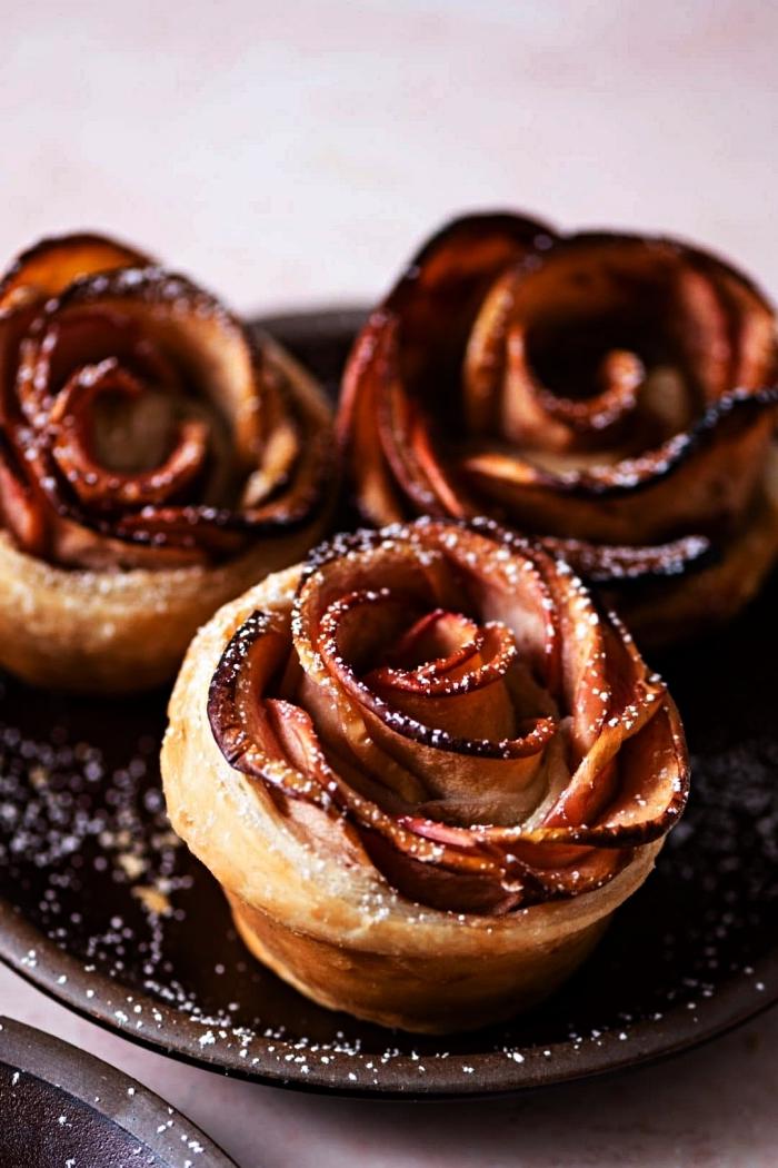 idée de recette avec des pommes, roses de pommes en pâte feuilletée, feuilletés à la pomme en forme de roses