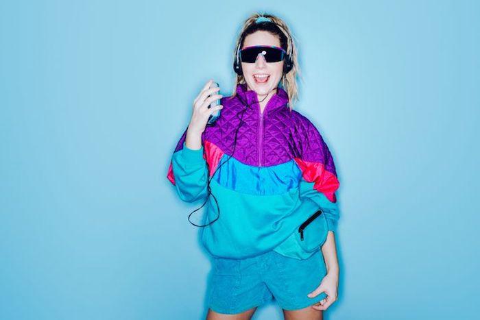 Femme habillée à la mode année 90, deguisement femme cool, originale idée déguisement rétro