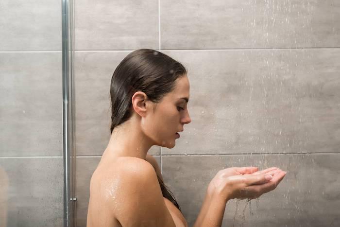 Prendre soin de soi, choisir un gel douche a odeur sauve et douce, se sentir bien, femme qui prend douche
