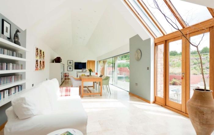 comment renover une maison grange, décoration loft aux murs blancs avec meubles bois, déco salon blanc et bois