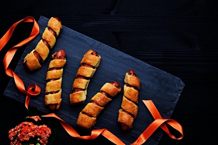 saucisses momies d'halloween recouvertes de bandes en pâte à pizza, recette halloween facile et rapide