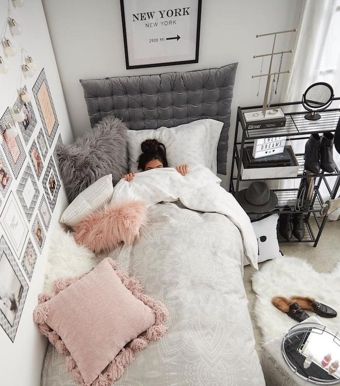 sous les draps d un lit cosy avec parure gris et blanc, housses coussin douillette, tete de lit velours capitonnée, mur deco affiches