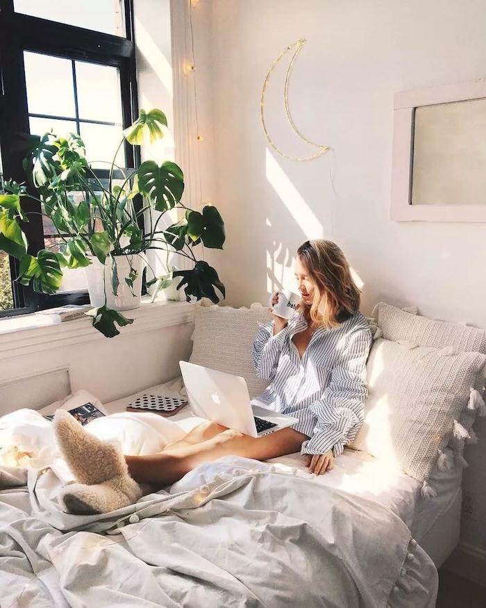 deco rebord de fenetre de plantes vertes, deco hygge chambre a coucher adulte femme, style deco nordique en blanc