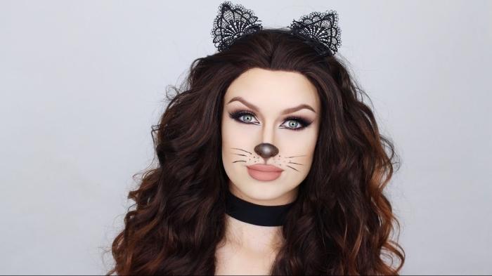 idée deguisement chat facile, maquillage avec rouge à lèvre nude et dessin visage de chat en eyeliner noir et rouge à lèvre noir