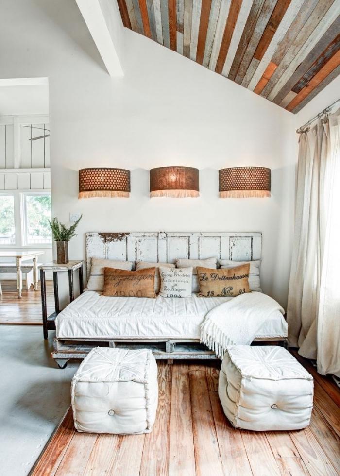 idée renovation interieur, décoration chambre à coucher campagne chic avec meubles bois et diy lit en palettes