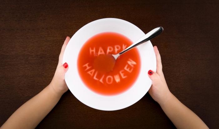 fond ecran halloween pour ordinateur, photo soupe avec spaghetti en forme lettres joyeux Halloween et mains enfant