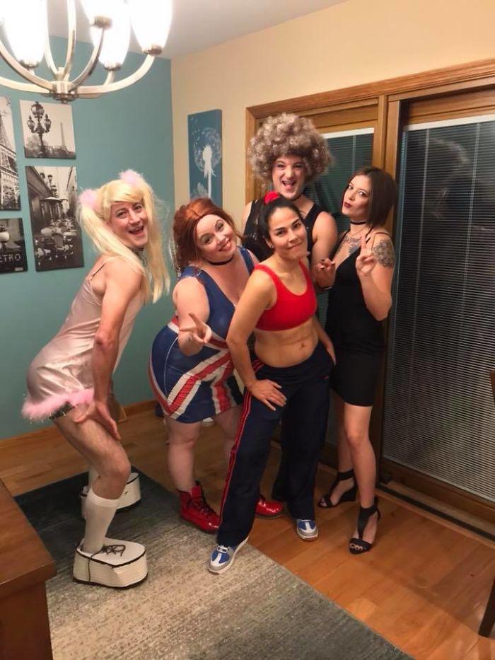 Spice girls représentés par trois filles et deux hommes, costumes deguisement groupe, idée déguisement halloween