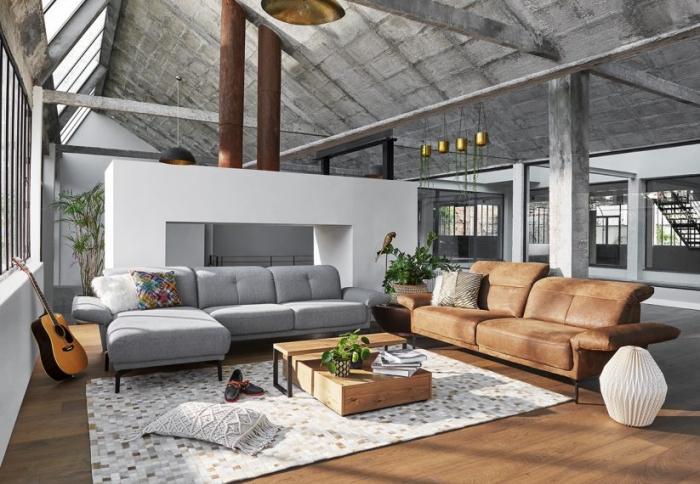 modèle de canapé gris de la marque Monsieur Meuble, design intérieur style loft industriel en bois et gris