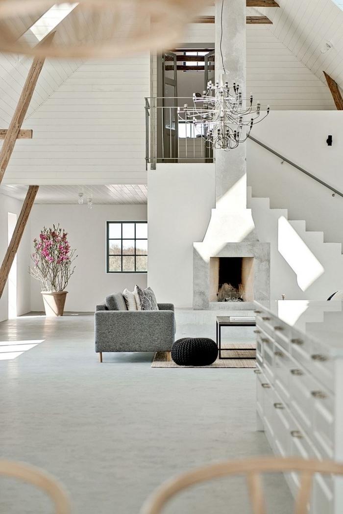 aménagement loft mezzanine à design blanc avec accents bois et accessoires gris, déco salon avec cheminée