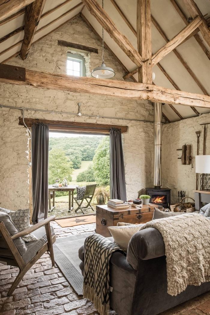 idée renovation grange, design intérieur style campagne et rustique dans un salon au plafond haut avec meubles bois et tissu