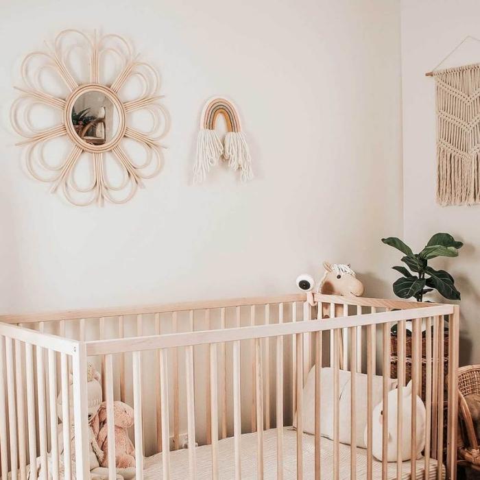 modèle miroir soleil rotin, idée comment décorer une chambre d'enfant de style minimaliste avec objets fait main en fibre végétale et bois