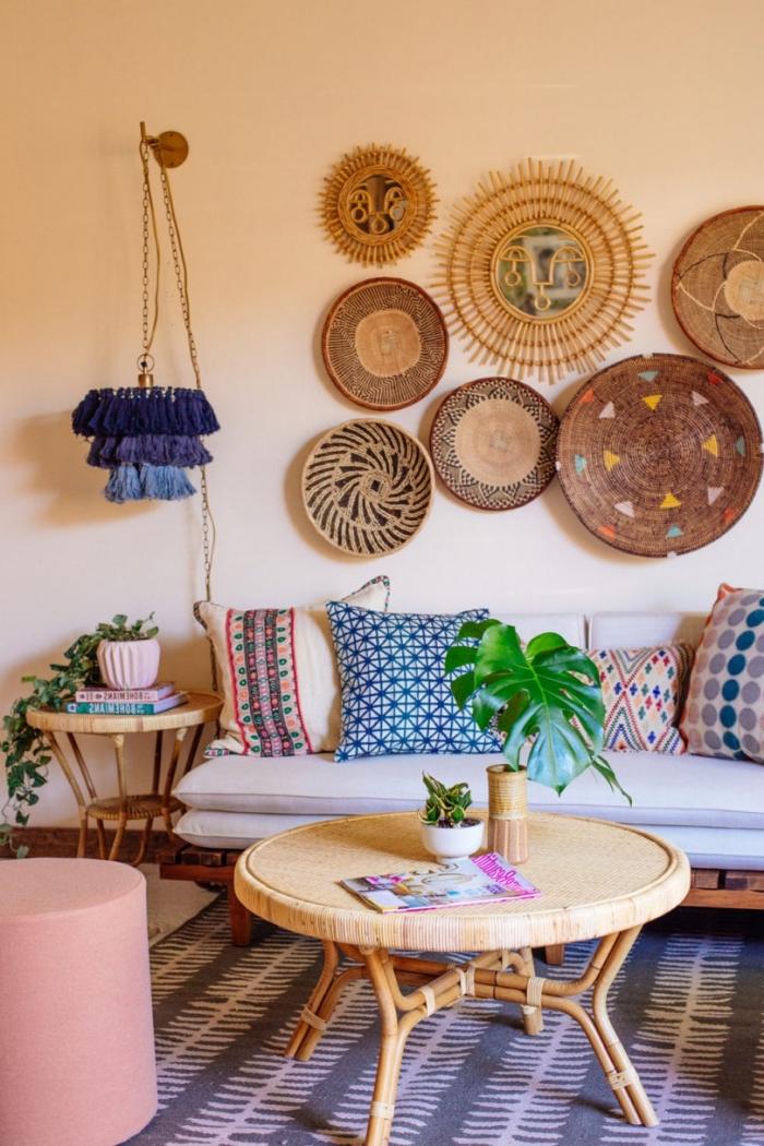 salon beige avec meubles bois et rotin de style jungalow, idée déco vibrante avec objets colorés et fait main, modèle miroir en forme soleil