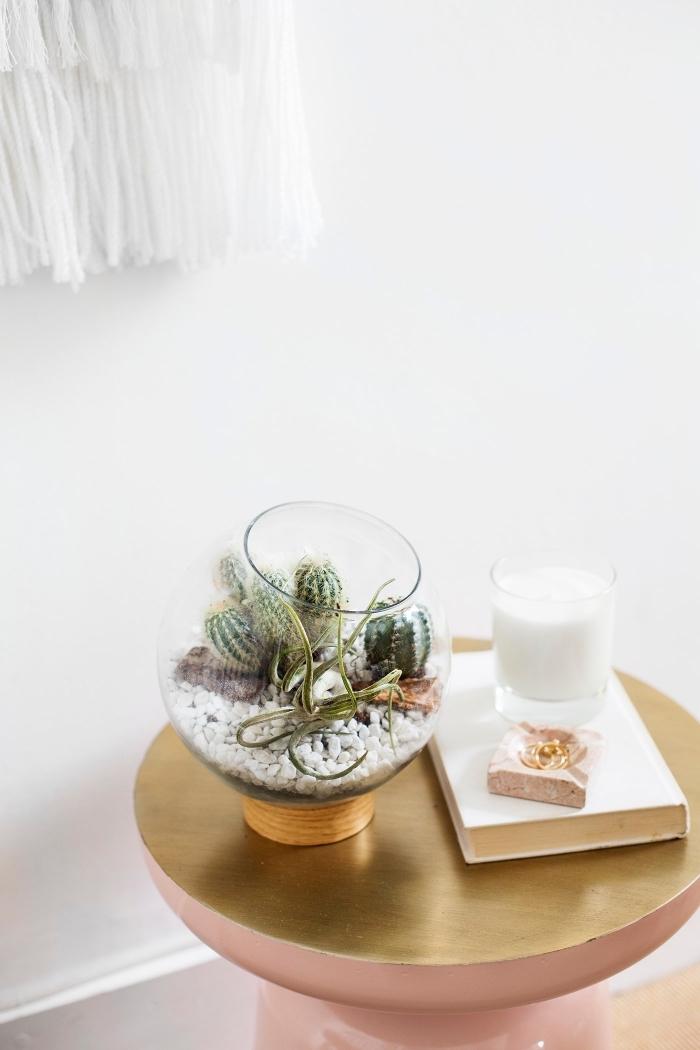 décoration chambre fille, diy terrarium dans un aquarium ouvert en verre rempli de galets blancs et de cactus