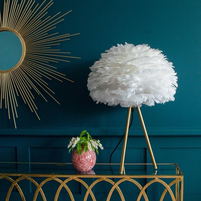 peinture tendance 2019 nuances de bleu foncé, modèle de miroir soleil à finition doré, accessoires déco salon en or