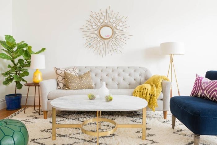 design intérieur style moderne avec accessoires de style jungalow, exemple de miroir soleil doré avec ornements ronds en blanc mat