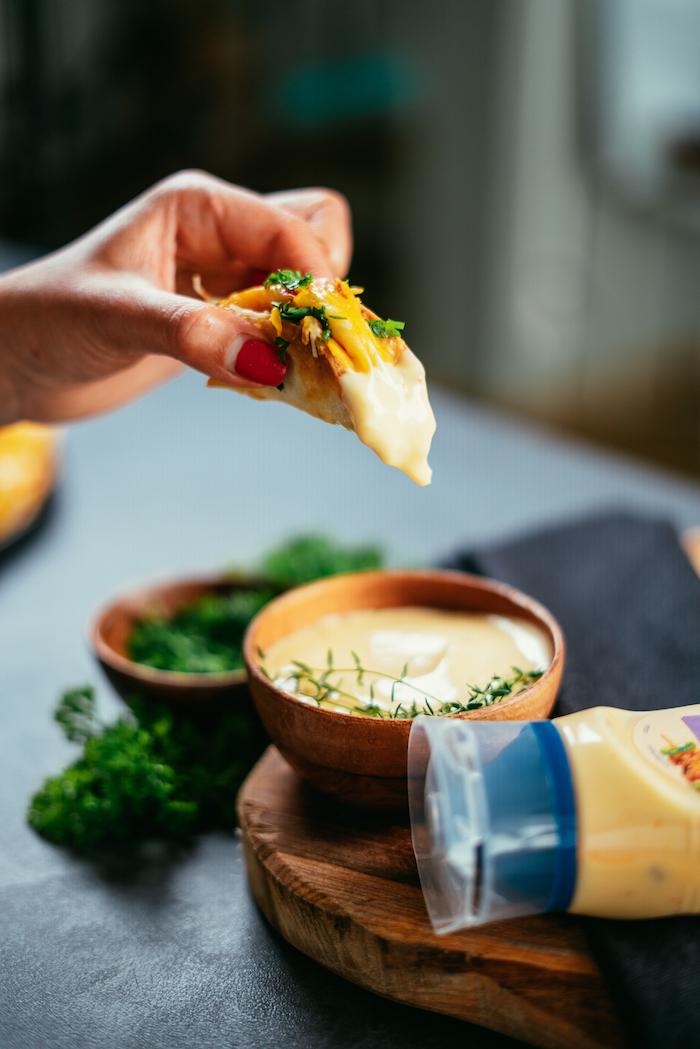 mini-tacos maison au poulet et cheddar avec mayonnaise à l'ail servis en apéro, recettes faciles pour un apero dinatoire