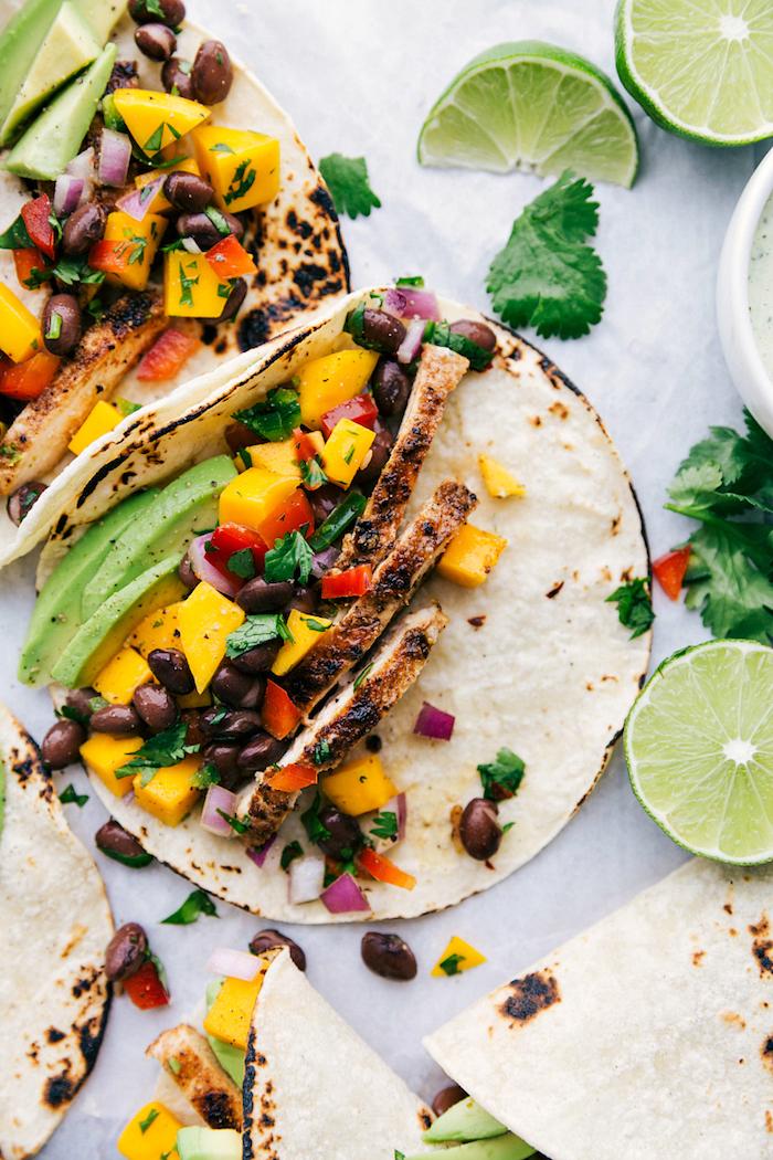 farce pour tacos mexicains à base de filet de poulet rôti, avocat, haricots noirs et légumes frais