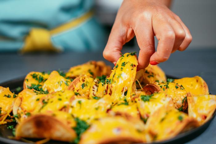 idee apero dinatoire facile et rapide, bouchées de tacos au poulet et cheddar ultra moelleuses, entrée simple et rapide