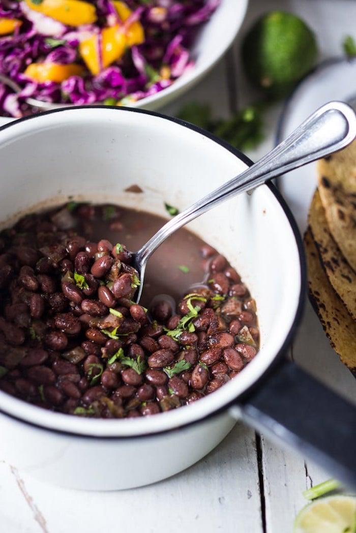 recette de farce pour tacos mexicains à base de haricots noirs, crevettes et salade de chou rouge et mangue, plat facile pour un apéro entre amis
