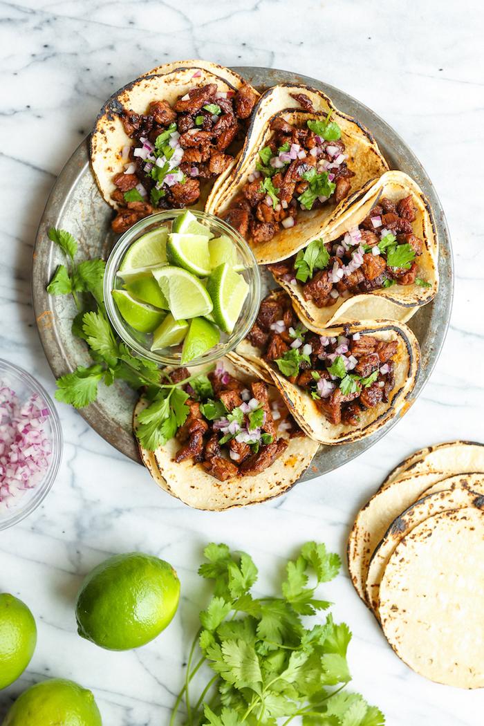 tacos au boeuf, oignon rouge, persil et citron vert servis en amuse gueule apero, wraps de tortillas au boeuf