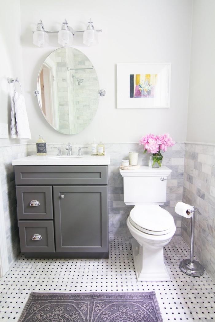 exemple d'amenagement wc en look total blanc avec meuble lavabo toilette en gris, idée décoration toilette avec accents roses