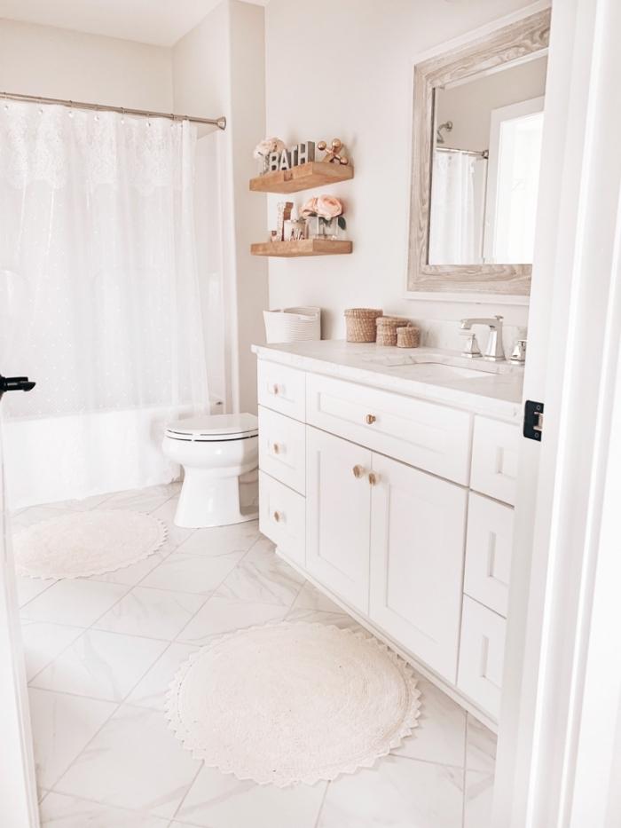 peinture toilette blanche décorée avec accents en bois, design wc minimaliste avec objets en bois et fibre végétale