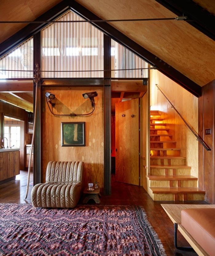 idée renovation grange rustique, décoration grange avec mezzanine à design rustique avec accents en noir et marron