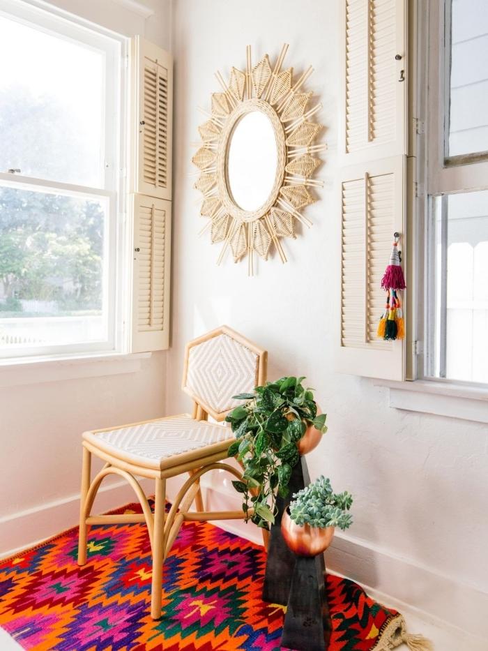 aménagement salon de style jungalow avec accessoires en fibre végétale, modèle de miroir en bois en forme soleil
