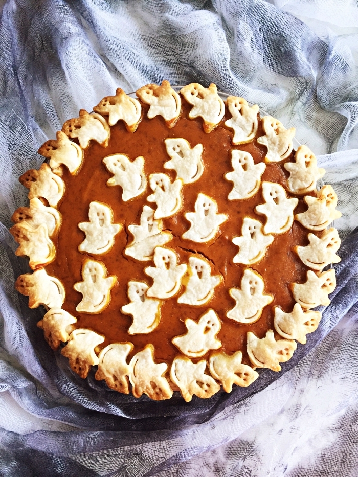 tarte à la citrouille décorée de fantômes en pâte brisée, recette d'automne à la citrouille, recette halloween à base de citrouille
