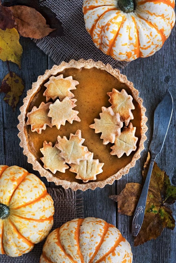 idée repas halloween, tarte à la citrouille au décor de feuilles en pâte brisée, recette d'automne à base de citrouille