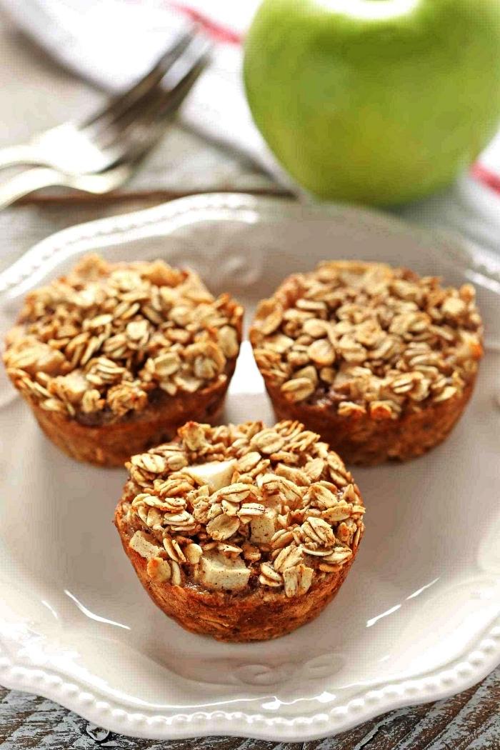 muffins complets aux flocons d'avoine et aux pommes, recette avec des pommes pour le petit-déjeuner ou le dessert