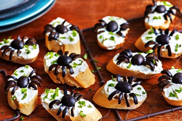amuse bouche rapide pour apero d'halloween, tartines araignées au fromage et olives noires