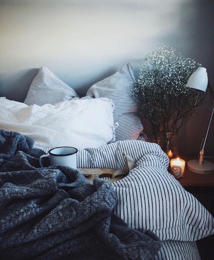 decoration comment faire son lit, technique deco layering ou entassement de linge de lit, table de nuit bois, bougies decoratives