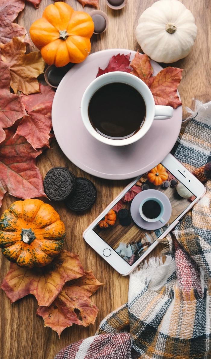wallpaper iphone avec image automne, fond écran automne avec tasse de café et plaid multicolore à franges