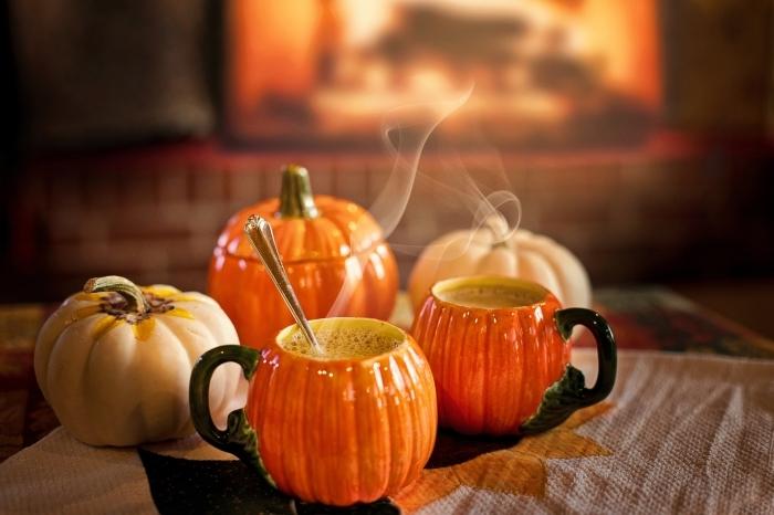 image halloween comme fond écran ordinateur, tasses en formes de citrouilles à boisson chaude pour halloween
