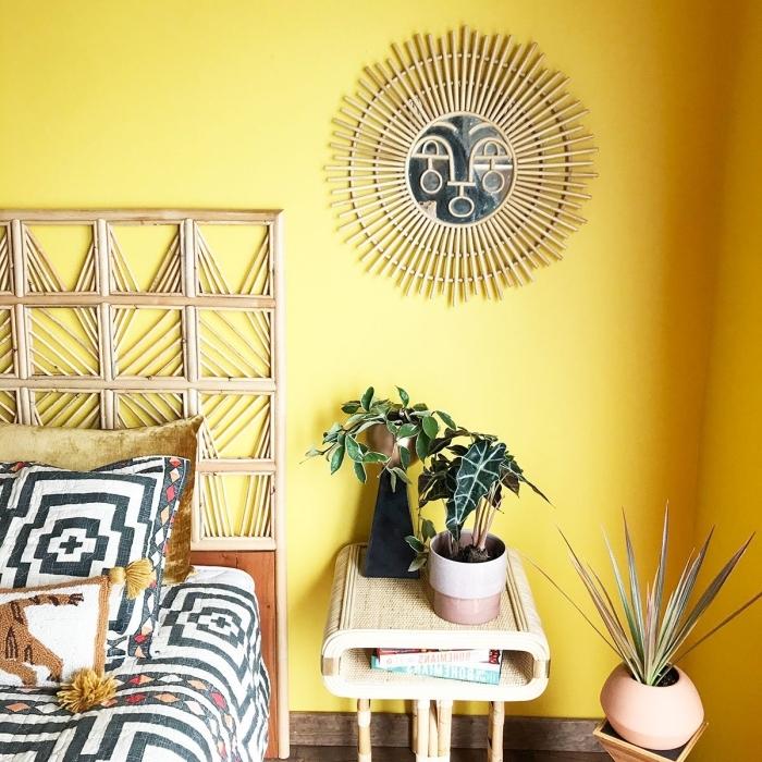 idée peinture murale pour chambre de style jungalow aux murs jaunes, modèle de miroir osier en forme soleil