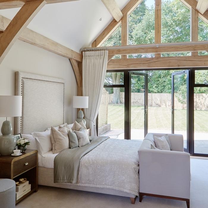 décoration chambre en couleurs neutres avec accents noirs, idée aménagement grange en chambre à coucher