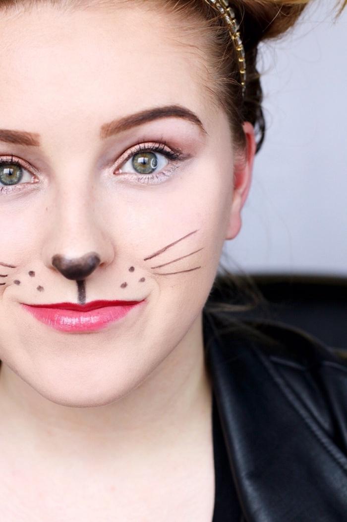 exemple de maquillage carnaval, idée makeup halloween facile avec dessin moustaches en eyeliner noir et rouge à lèvre rouge